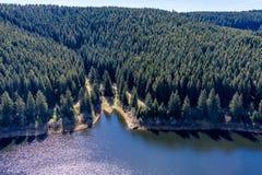 Satellietbeeld van een vlucht over een reservoir in de Harz-Bergen, een Duitse lage bergketen, met bergen en bossen royalty-vrije stock afbeeldingen