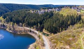 Satellietbeeld van een vlucht over een reservoir in de Harz-Bergen, een Duitse lage bergketen, met bergen en bossen royalty-vrije stock foto