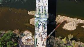 Satellietbeeld van een wegbouwwerf, bouw van een brug over de rivier stock video