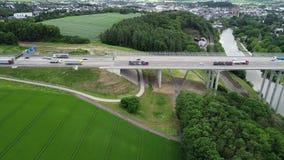 Satellietbeeld van een wegbrug over Lahn-vallei, Duitsland stock video