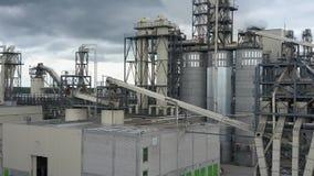 Satellietbeeld van een werkende fabriek stock video
