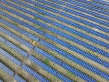 Satellietbeeld van een zonnelandbouwbedrijf dat schone vernieuwbare zonenergie veroorzaakt stock afbeelding
