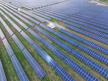 Satellietbeeld van een zonnelandbouwbedrijf dat schone vernieuwbare zonenergie veroorzaakt stock foto