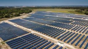 Satellietbeeld van een zonnepaneelpark royalty-vrije stock fotografie
