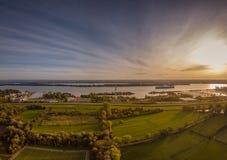 Satellietbeeld van een zonsondergang over de rivier elbe dichtbij Hamburg royalty-vrije stock afbeeldingen