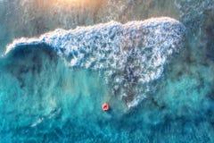 Satellietbeeld van een zwemmende vrouw in blauwe overzees met golven stock afbeeldingen