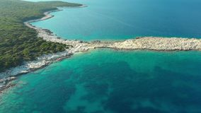 Satellietbeeld van Emplisi-Strand, schilderachtig steenachtig wit kiezelsteenstrand stock footage