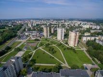 Satellietbeeld van flats met meerdere verdiepingen dicht bij cecenijavierkant in Kaunas stock afbeeldingen