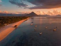 Satellietbeeld van Flic en Flac, Mauritius in zonsonderganglicht De exotische Zonsondergang van het Strand stock afbeelding