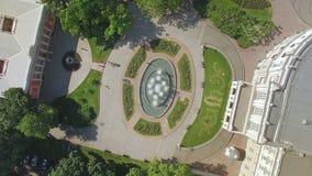Satellietbeeld van fontein en nabijgelegen gebied naast Odessa Opera en Ballettheater stock footage