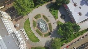 Satellietbeeld van fontein en nabijgelegen gebied naast Odessa Opera en Ballettheater stock video