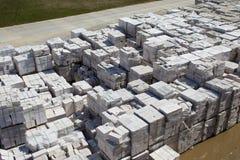 Satellietbeeld van gesteriliseerde met autoclaaf geluchte concrete blokken, zowel gebrekkig als goed, op pallets, die bij fabriek royalty-vrije stock foto