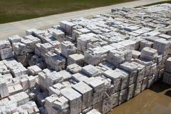 Satellietbeeld van gesteriliseerde met autoclaaf geluchte concrete blokken, zowel gebrekkig als goed, op pallets, die bij fabriek stock foto's