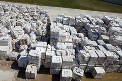 Satellietbeeld van gesteriliseerde met autoclaaf geluchte concrete blokken, zowel gebrekkig als goed, op pallets, die bij fabriek stock afbeeldingen
