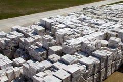 Satellietbeeld van gesteriliseerde met autoclaaf geluchte concrete blokken, zowel gebrekkig als goed, op pallets, die bij fabriek royalty-vrije stock fotografie