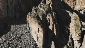 Satellietbeeld van gestructureerde rotsen met afbrokkelend puin Cellulaire rotsen De steen blijft van siliciumbomen Noordelijk Ru stock footage