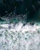 Satellietbeeld van golven die en in de oceaan verpletteren rollen royalty-vrije stock foto