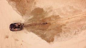 Satellietbeeld van graafwerktuig die, voor costructionplaats werken stock footage