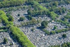Satellietbeeld van Graven bij de Montparnasse-Begraafplaats in Parijs stock afbeeldingen