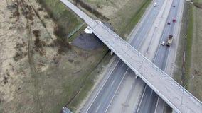 Satellietbeeld van grijze wegen, gebouwen, daken en bruggen met gebarsten asfalt stock footage