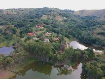 Satellietbeeld van groene aard toneel van bos in de berg in tropisch land stock foto