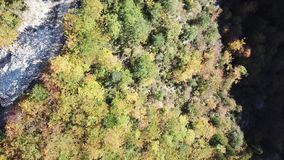 Satellietbeeld van herfstbos en weg in pyrenean bergen, Frankrijk stock footage