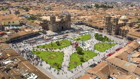 Satellietbeeld van het belangrijkste plein van Cusco met menigte stock foto's