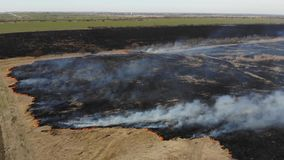 Satellietbeeld van het branden van droog gras op het gebied Kraanschot en schuine standtechniek Ramp en noodsituatie atmosferisch stock video