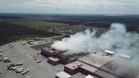 Satellietbeeld van het branden van industrieel distributiepakhuis stock video