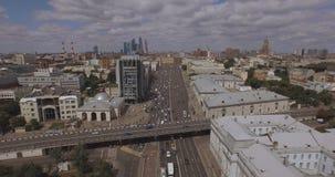 Satellietbeeld van het centrale gebied in Moskou, Rusland Brug over de rivier van Moskou, het park van Gorky, zwaar verkeer en bo stock videobeelden