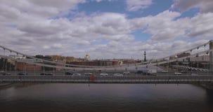 Satellietbeeld van het centrale gebied in Moskou, Rusland Brug over de rivier van Moskou, het park van Gorky, zwaar verkeer en bo stock video