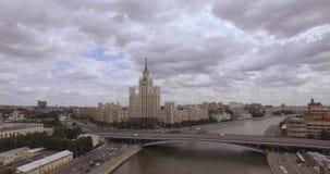 Satellietbeeld van het centrale gebied in Moskou, Rusland Brug over de rivier van Moskou, het park van Gorky, zwaar verkeer en bo stock footage