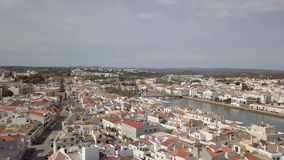Satellietbeeld van het charmeren Tavira met roman brug, Algarve, Portugal stock video