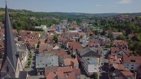 Satellietbeeld van het charmeren van weinig stad genoemd Schotten, Duitsland stock footage