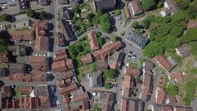 Satellietbeeld van het charmeren van weinig stad genoemd Schotten, Duitsland stock video