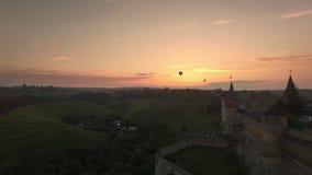 Satellietbeeld van het festival van de Luchtballon dichtbij kamianets-Podilskyi Caslte stock video