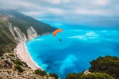 Satellietbeeld van het glijscherm die over schitterend Myrtos-strand vliegen Verbazende waterkleuren en mooie kustlijn  royalty-vrije stock afbeeldingen