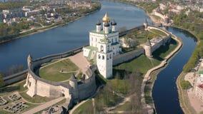 Satellietbeeld van het Kremlin in Pskov stock footage