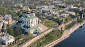 Satellietbeeld van het Kremlin in Pskov stock video