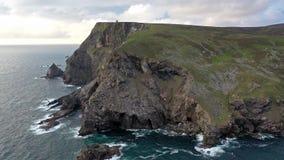 Satellietbeeld van het landschap in Glencolumbkille in Provincie Donegal, Ierland stock footage