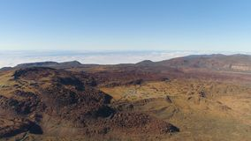 Satellietbeeld van het Nationale Park van Teide, vlucht over de bergen en lava Tenerife, Canarische Eilanden stock footage