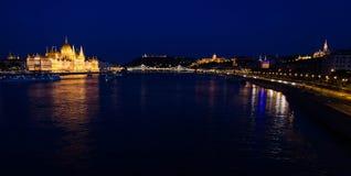 Satellietbeeld van het Parlement die de avond, Boedapest, Hun inbouwen stock foto