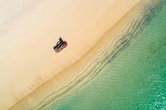 Satellietbeeld van het slanke vrouw zonnebaden die op een strandchairin Seychellen liggen De zomerzeegezicht met meisje, mooie kl royalty-vrije stock foto's