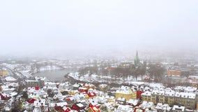 Satellietbeeld van het stadscentrum in de winter in Trondheim, Noorwegen met zware sneeuw stock video