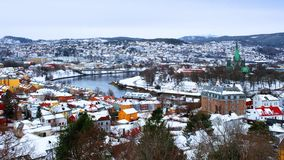 Satellietbeeld van het stadscentrum in de winter in Trondheim, Noorwegen stock videobeelden
