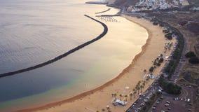 Satellietbeeld van het Teresitas-strand of Playa DE Las Teresitas, beroemd strand dichtbij Santa Cruz de Tenerife, Canarische Eil stock video