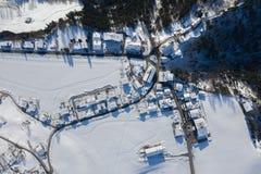 Satellietbeeld van het Traditionele Oostenrijkse die dorp van Itter door Sneeuw in de Winterochtend wordt behandeld stock afbeelding