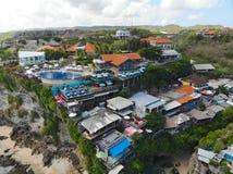 Satellietbeeld van het verbazen weinig surferdorp op de de rotsklip en kustlijn royalty-vrije stock foto