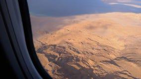 Satellietbeeld van het vliegtuigenvenster op de woestijn van Egypte, de bergen en het rode overzees met duidelijk water stock video