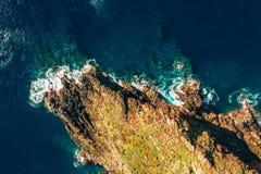 Satellietbeeld van het wilde strand en de klippen stock foto